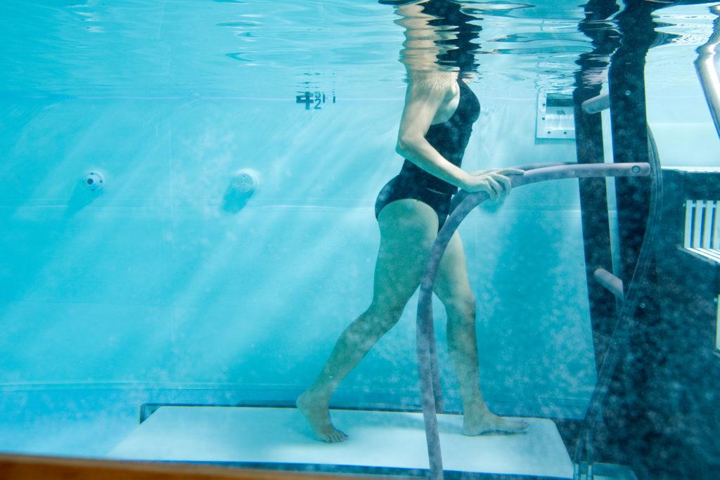 immagine della rieducazione motoria in acqua