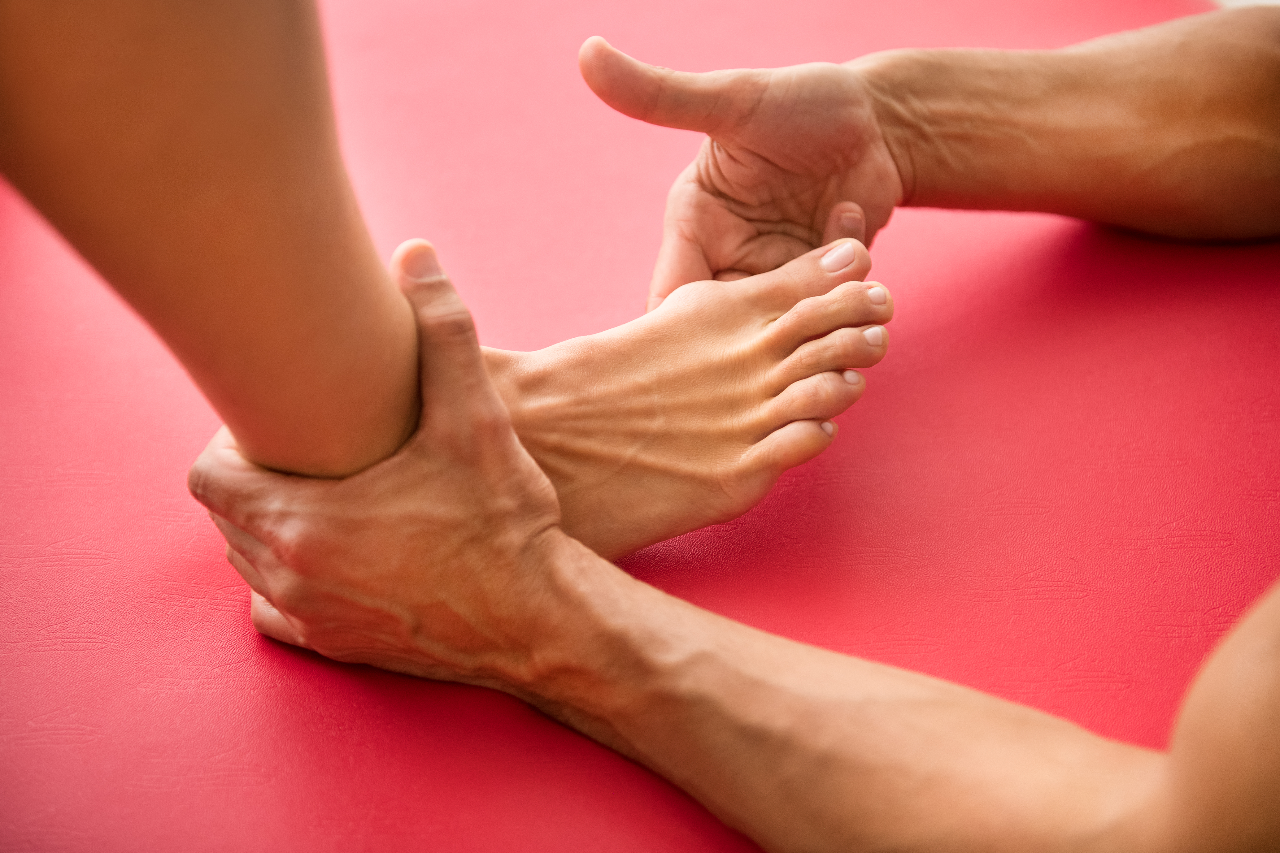 Immagine di una seduta di fisioterapia per la cura dell'alluce valgo