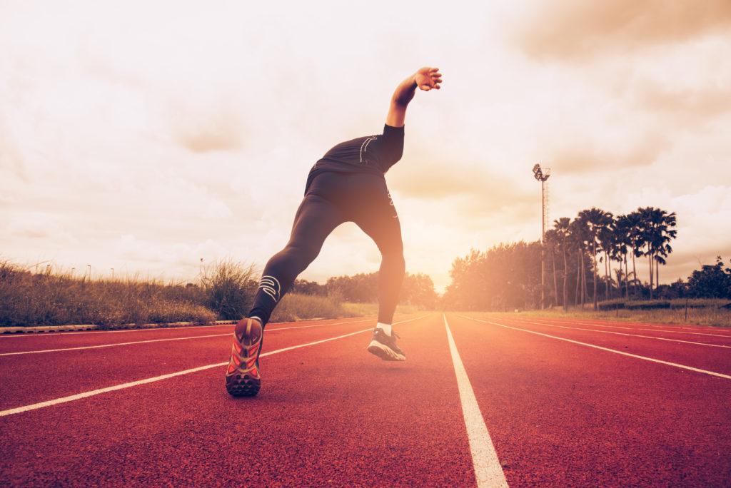 Foto di un atleta che corre in pista